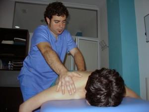 Fisioterapeuta haciendo osteopatía a un paciente