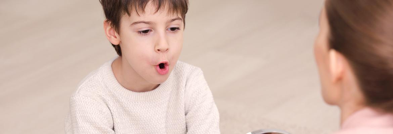 Niño en sesión de logopedia